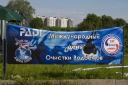 В Санкт-Петербурге автомобилисты очистили дно водоемов.